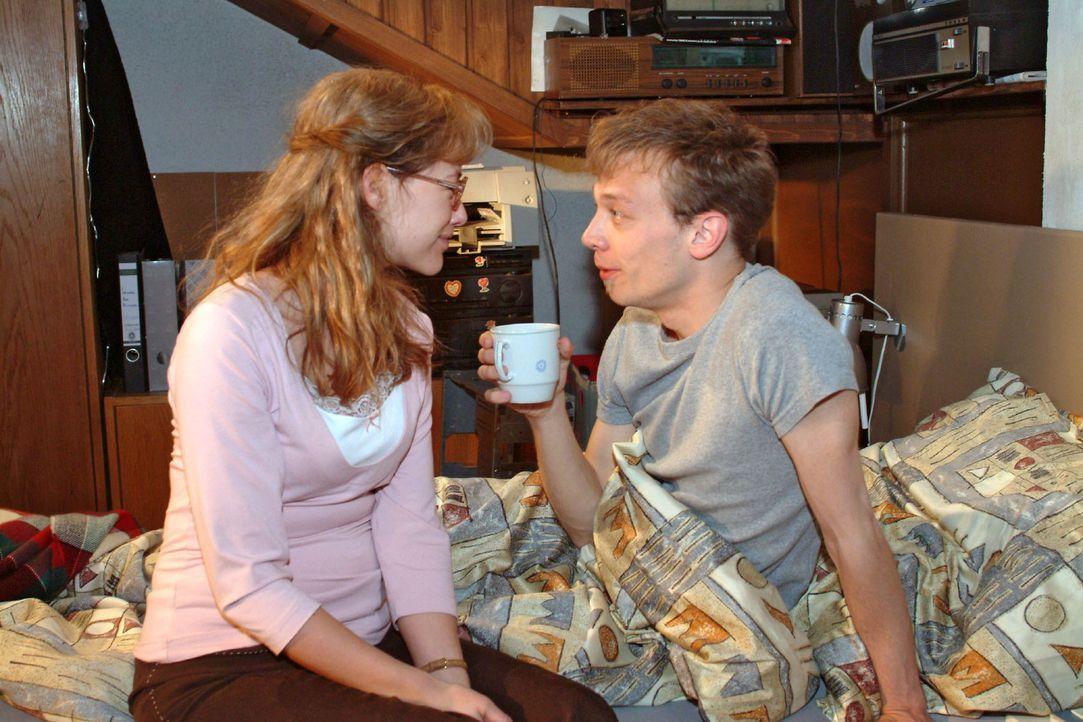 Lisa (Alexandra Neldel, l.) weckt Jürgen (Oliver Bokern, r.) mit der Nachricht, dass sie nicht mehr verlobt sind und sie sich endlich nicht mehr zu... - Bildquelle: Monika Schürle Sat.1