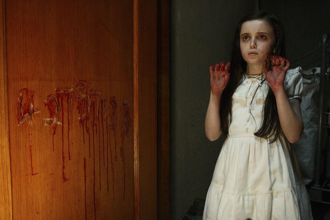 Niemand ahnt, was die kleine Lucinda (Lara Robinson) dazu getrieben hat, ihre Fingerkuppen an der Schultür blutig zu kratzen ... - Bildquelle: 2009 Summit Entertainment, LLC.  All Rights Reserved