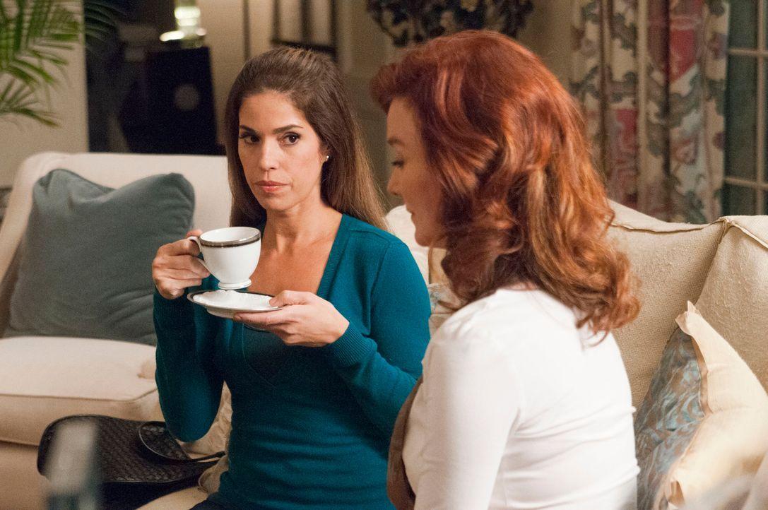 Als Michaels Ex-Frau Olivia (Valerie Mahaffey, r.) die schockierende Vergangenheit von Taylor enthüllt, hilft ihr Marisol (Ana Ortiz, l.), nicht kom... - Bildquelle: ABC Studios