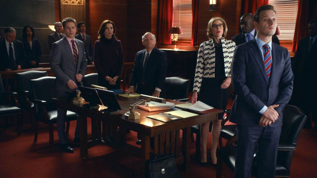 Cary (Matt Czuchry, l.), Alicia (Julianna Margulies, 2.v.l.), Charles Lester (Wallace Shawn, M.), Diane (Christine Baranski, 2.v.r.) und Will (Josh... - Bildquelle: 2014 CBS Broadcasting, Inc. All Rights Reserved
