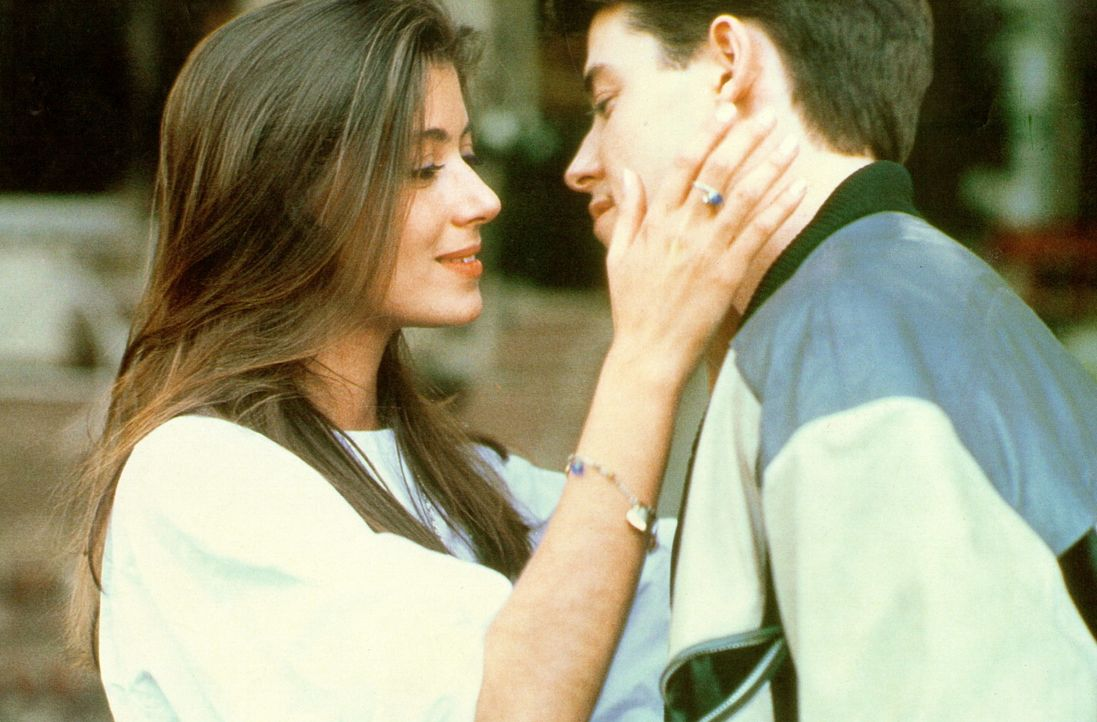 Schon bald ist Ferris (Matthew Broderick, r.) rettungslos in die attraktive Mitschwänzerin Sloane (Mia Sara, l.) verliebt ... - Bildquelle: Paramount Pictures