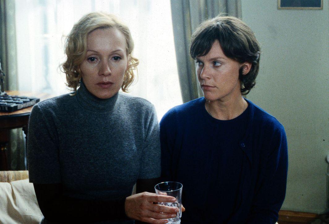 Anna (Katja Flint, l.) wird von einer mörderischen Vision gequält. Haushälterin Luise Beier (Nele Mueller-Stöfen, r.) versucht sie zu beruhigen. - Bildquelle: Andy Kaysser Sat.1