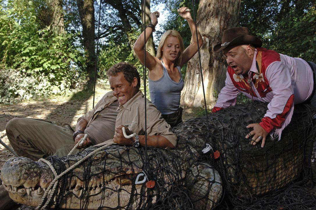 """Endlich können Mitch (Christian Tramitz, l.) und Ann (Doreen Jacobi, M.) trotz der """"Hilfe"""" von Bützje (Dirk Bach, r.), das mörderische Reptil uns... - Bildquelle: Laurent Trümper ProSieben"""