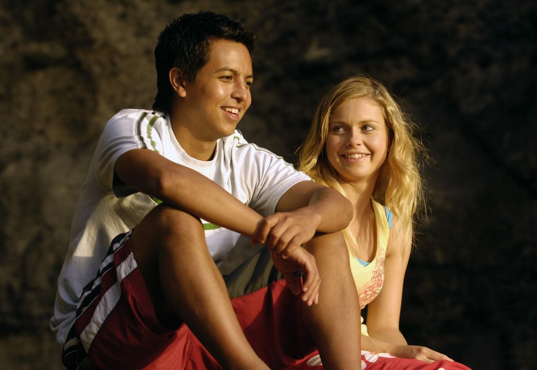 Valerie (Rose McIver, r.) und Johnny Kapahala (Brandon Baker, l.) stellen schon bald fest, dass sie sich mögen ... - Bildquelle: Disney. All rights reserved