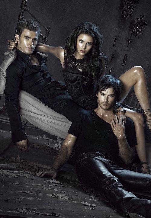 (2. Staffel) - Vampire Diaries: Damon (Ian Somerhalder, r.), Stefan (Paul Wesley, l.) und Katherine (Nina Dobrev, M.) ... - Bildquelle: Warner Brothers