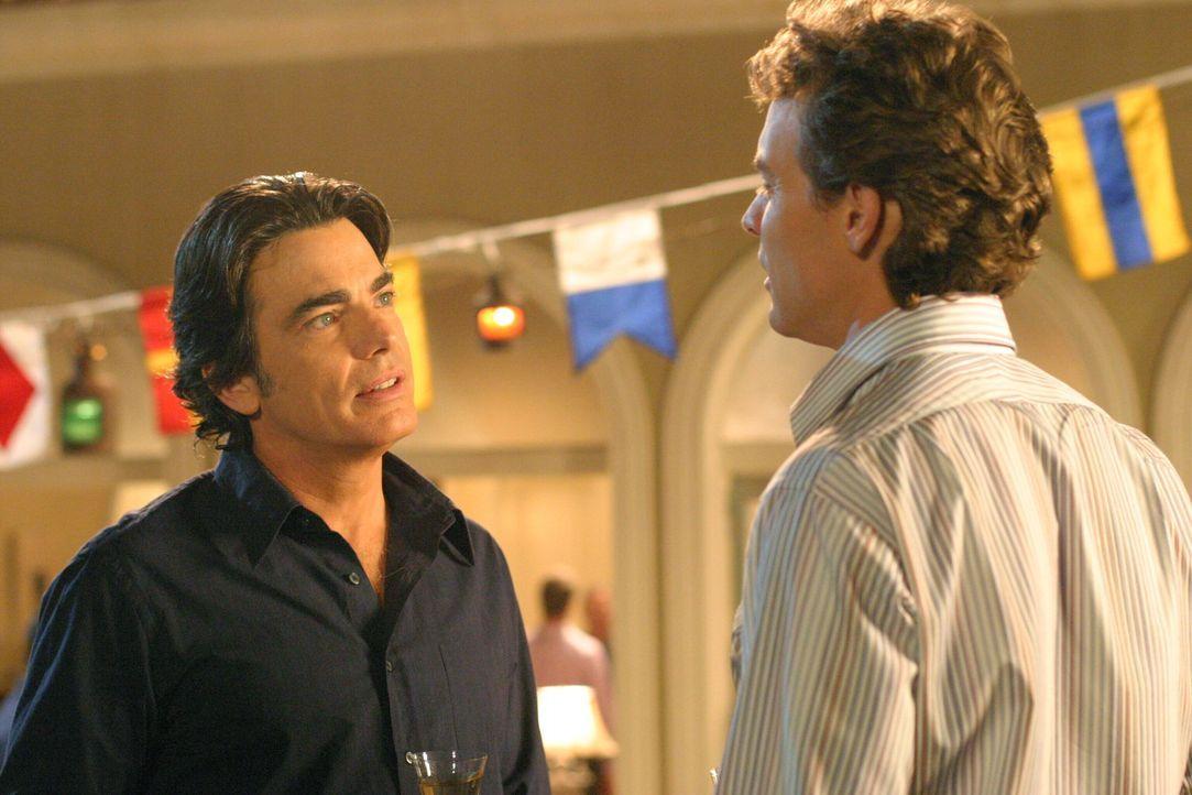 Sandy (Peter Gallagher, l.) und Jimmy (Tate Donovan, r.) nehmen Abschied, da Jimmy einen Job auf Hawaii angenommen hat ... - Bildquelle: Warner Bros. Television