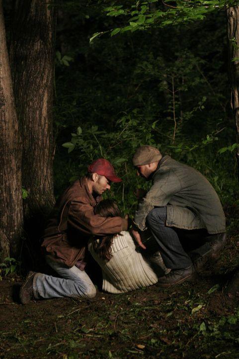 Als die beiden Brüder Tommy (Calin Puia, r.) und Billy Bob Hatfield (Elias Ferkin, l.) Sara McCoy (Maria Roman, M.) und die beiden Verliebten Ricky... - Bildquelle: 2006 Pueblo Film Distribution Limited. All Rights Reserved.