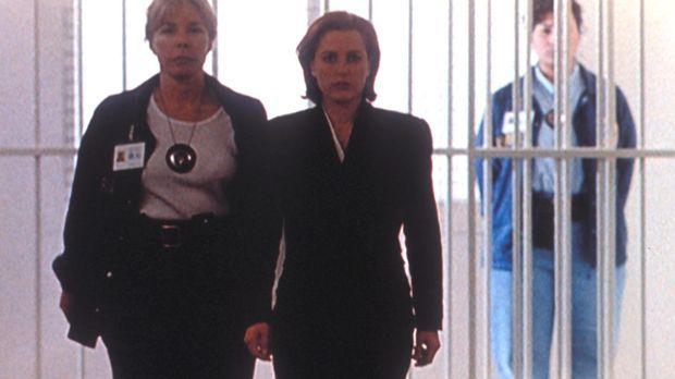 Dana Scully (Gillian Anderson, M.) wird in Beugehaft genommen, da sie vor dem...