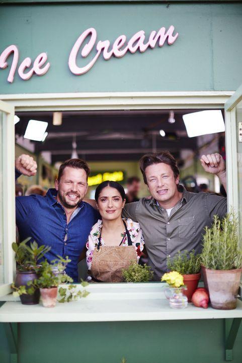 (v.l.n.r.) Jimmy Doherty; Salma Hayek; Jamie Oliver - Bildquelle: David Loftus 2016 Jamie Oliver Enterprises Limited/David Loftus