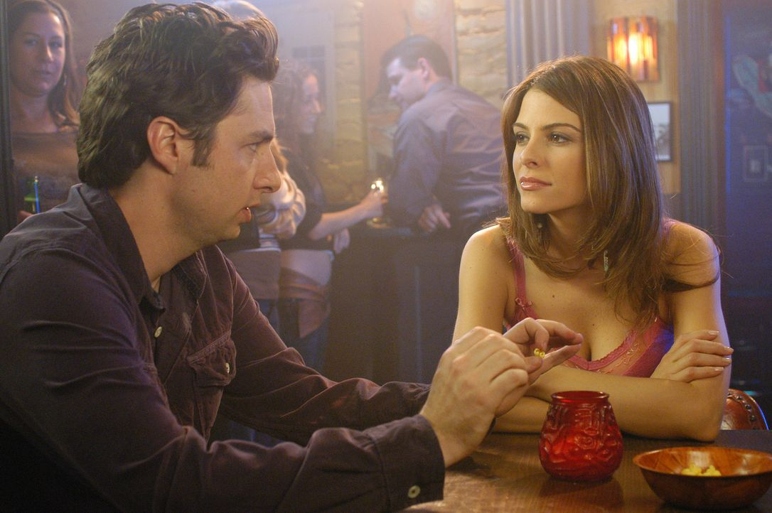 J.D. (Zach Braff, l.) hat Bekanntschaft mit Tamara (Maria Menounos, r.) gemacht und will sich deshalb nicht den Kopf rasieren ... - Bildquelle: Touchstone Television