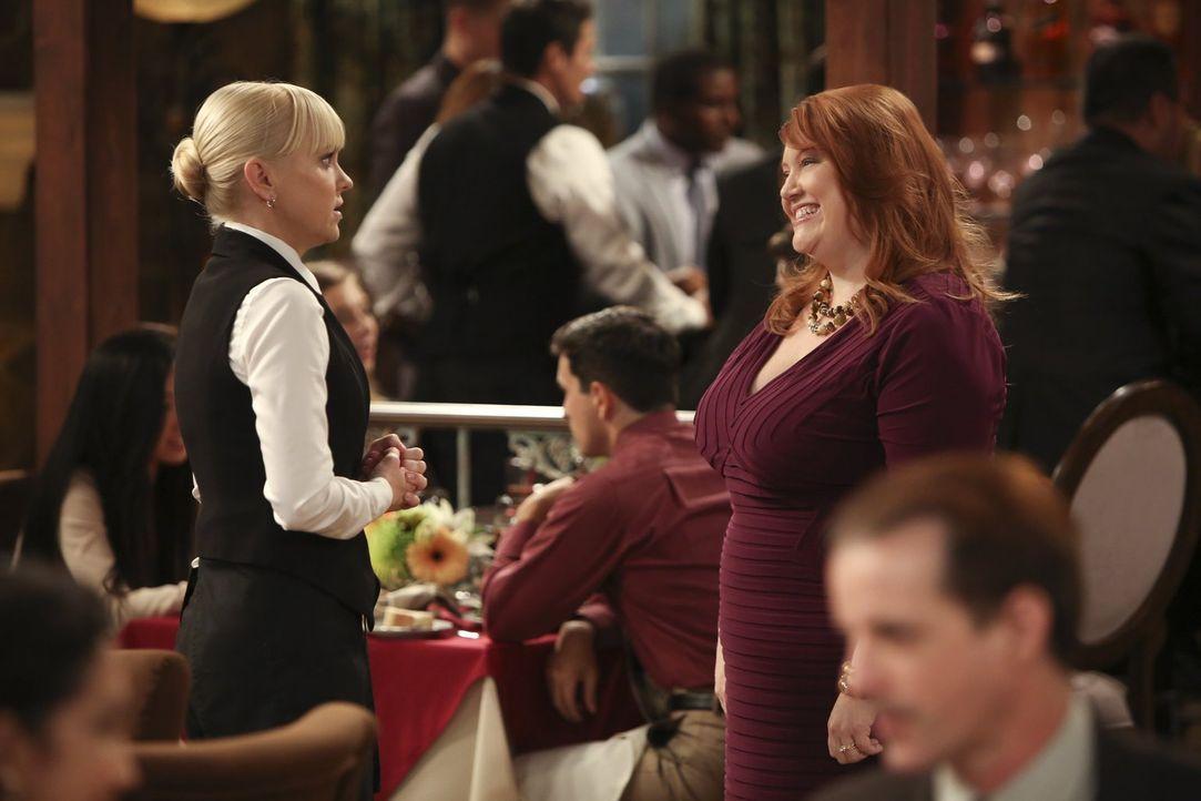 Christy (Anna Faris, l.) trifft Jessica (Dana Powell, r.), eine alte Klassenkameradin und entschuldigt sich bei ihr für einen Fehltritt aus der Schu... - Bildquelle: Warner Bros. Television