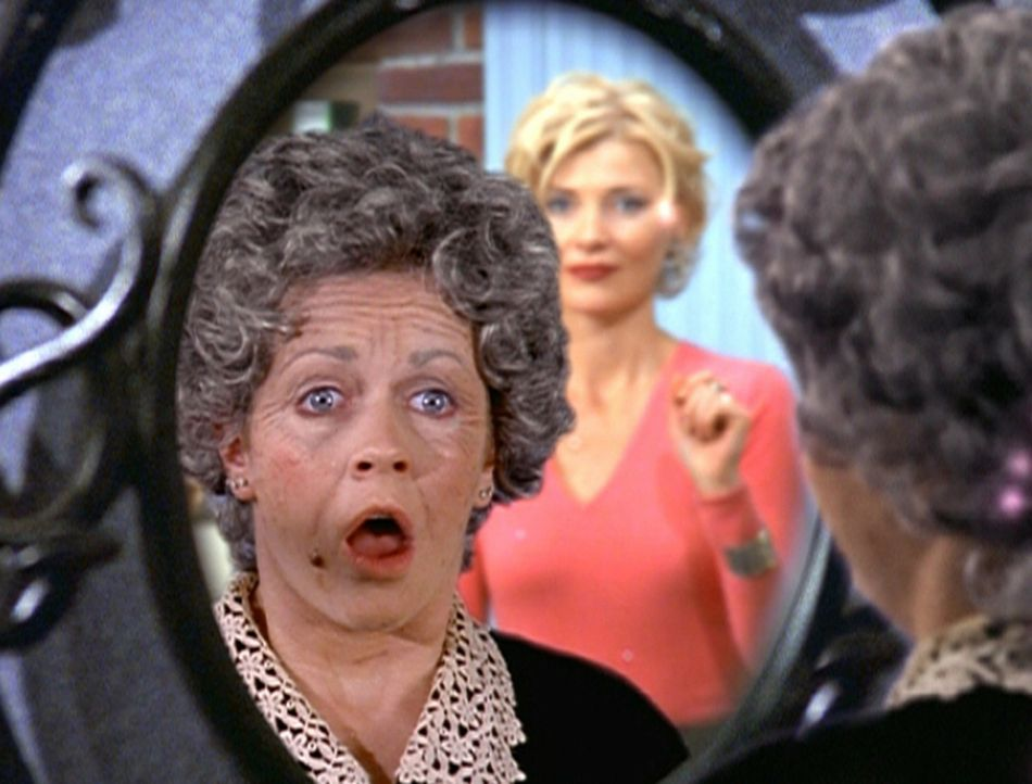 Sabrina (Melissa Joan Hart, l.) hat offensichtlich zu viel Zaubermittel benutzt, um älter zu wirken. Zelda (Beth Broderick, r.) kann das nicht leug... - Bildquelle: Paramount Pictures