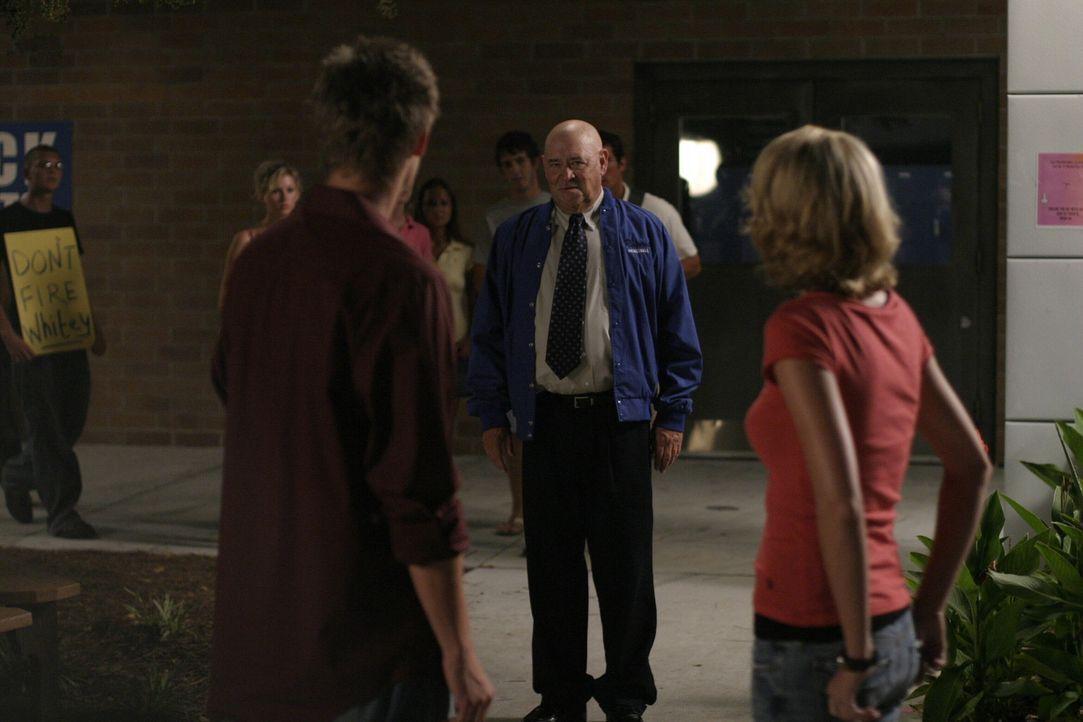 Coach Whitey (Barry Corbin, M.) erfährt, dass er womöglich seinen Job als Trainer aufgeben muss ... - Bildquelle: Warner Bros. Pictures