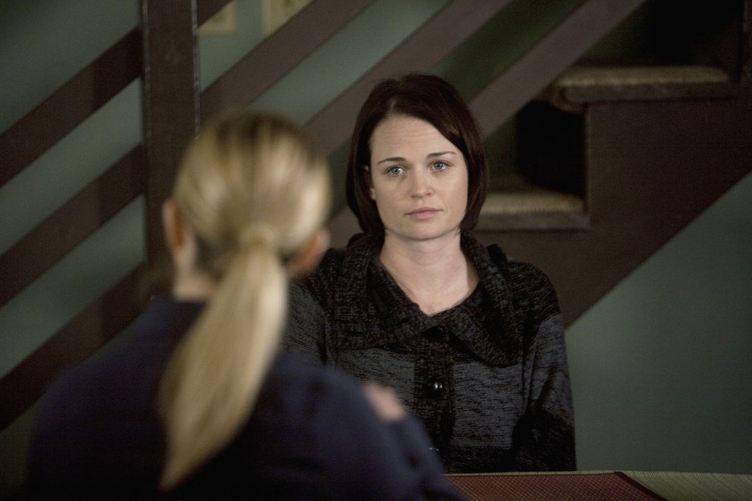 Nachdem Meg Collins (Sprague Grayden, r.) Ehemann in einer Kirche umgebracht wurde, werden JJ (AJ Cook, l.) und ihre Kollegen zur Hilfe gerufen ... - Bildquelle: Touchstone Television