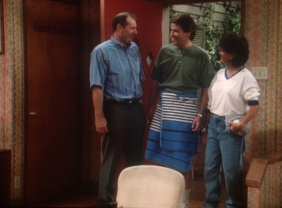 Al (Ed O'Neill, l.) und Mandy (Amanda Bearse, r.) haben auf einer Kneipen-Tour Jeffersons (Ted McGinley, M.) Hose versteigert. - Bildquelle: Sony Pictures Television International. All Rights Reserved.