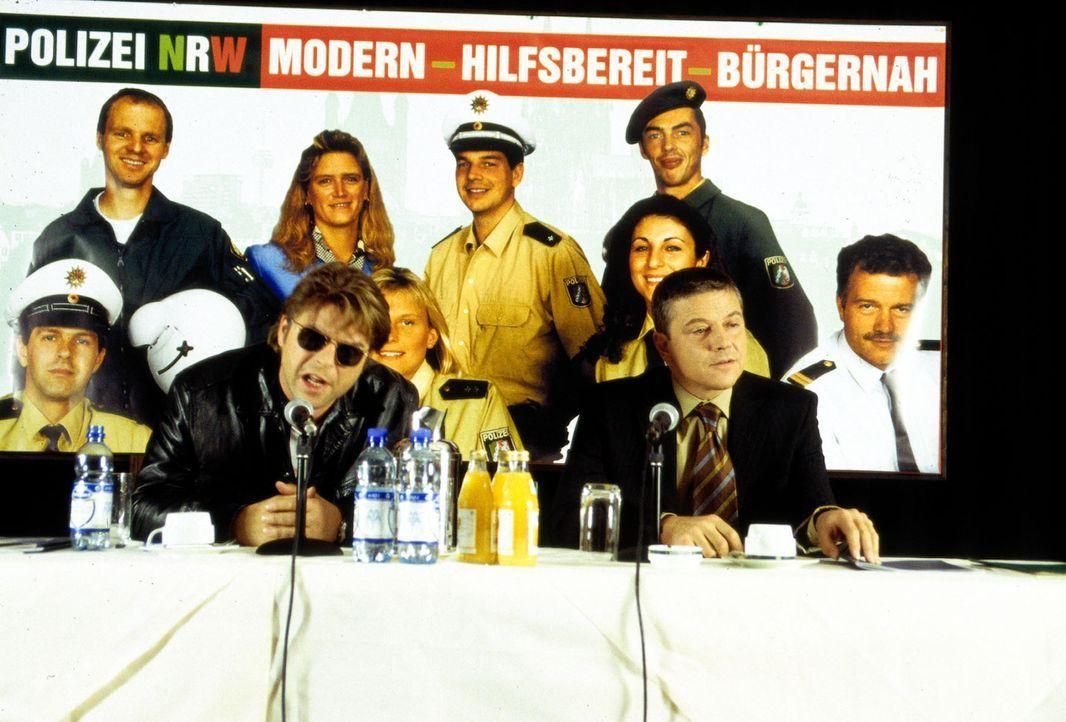 Jupp (Uwe Fellensiek, l.) und Taube (Christian M. Goebel, r.) sind auf PR-Tour für die Kölner Polizei. - Bildquelle: Guido Engels Sat.1