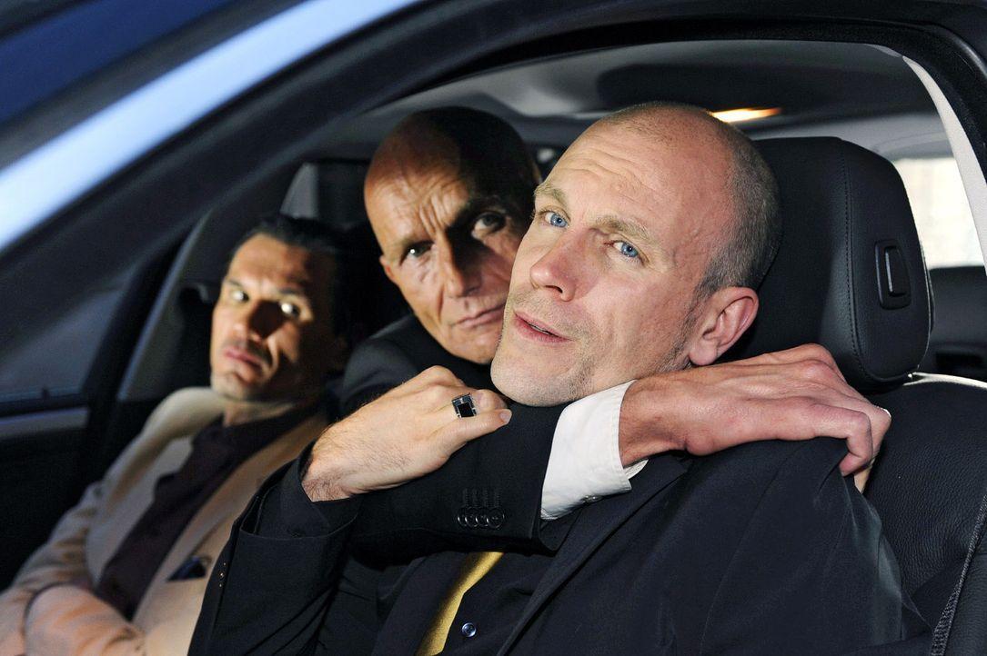 Igor (Dimitri Bilov, l.) ist mit Gerrits (Lars Löllmann, r.) Zahlungsmoral nicht einverstanden. - Bildquelle: Sat.1