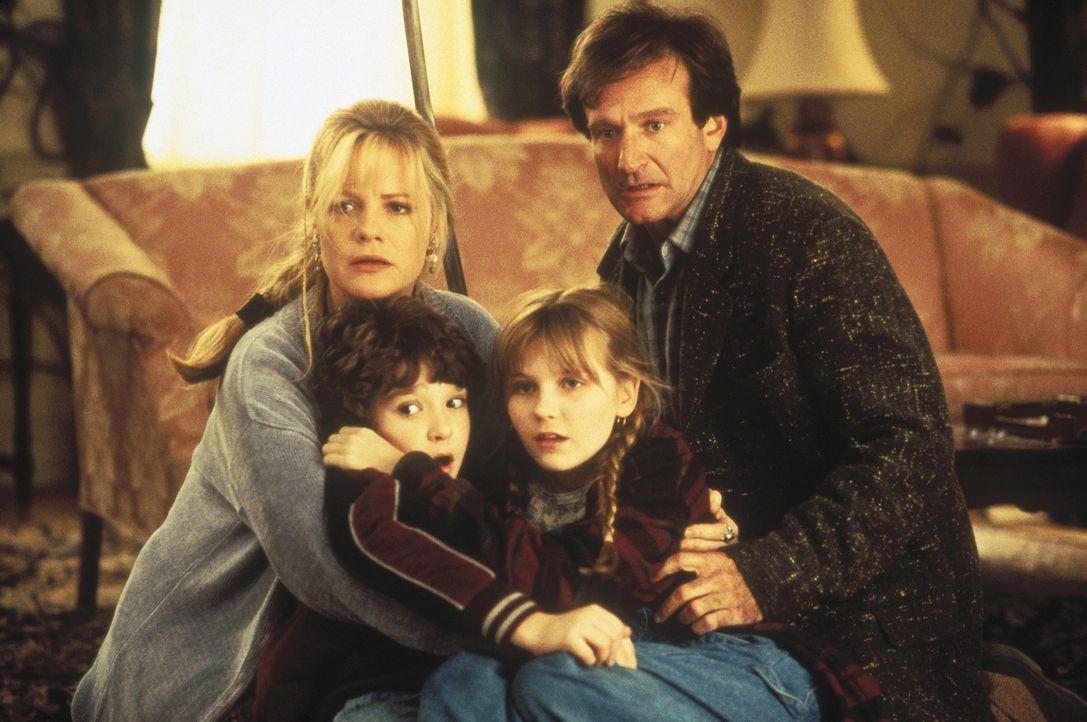 Sarah (Bonnie Hunt, l.), Alan (Robin Williams, r.) und die beiden Kinder Peter (Bradley Pierce, 2.v.l.) und Judy (Kirsten Dunst, 2.v.r.) sehen sich... - Bildquelle: COLUMBIA TRISTAR INTERNATIONAL TELEVISION