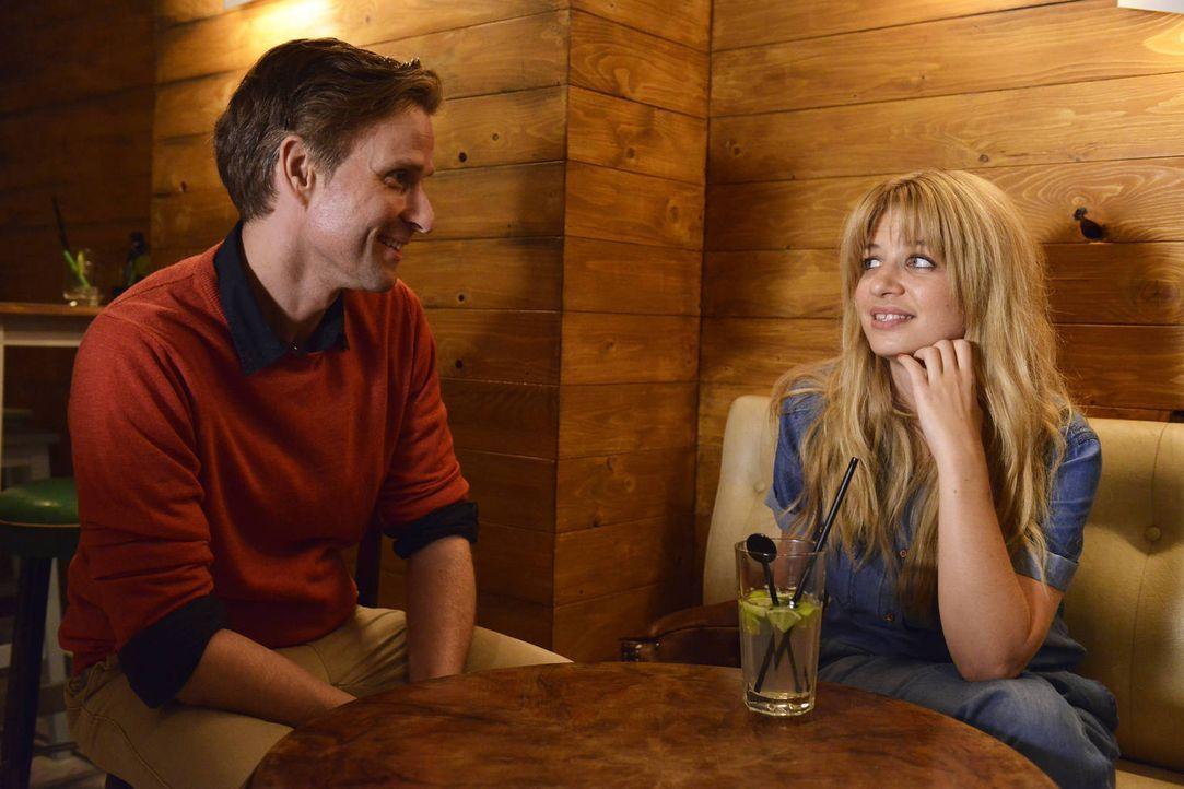 Um endlich den richtigen Mann zu finden, lässt sich Mila (Susan Sideropoulos, r.) auf einen Dating-Marathon ein ... - Bildquelle: Oliver Ziebe SAT.1