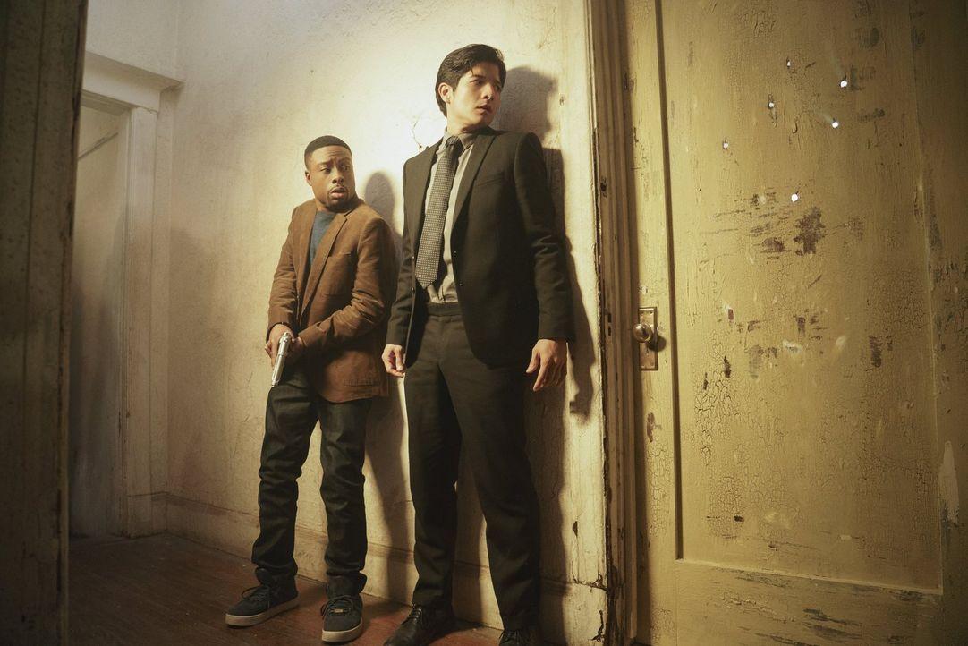 Müssen den Mord an einer Undercover-Ermittlerin des Drogendezernats aufklären: Carter (Justin Hires, l.) und Lee (Jon Foo, r.) ... - Bildquelle: Warner Brothers