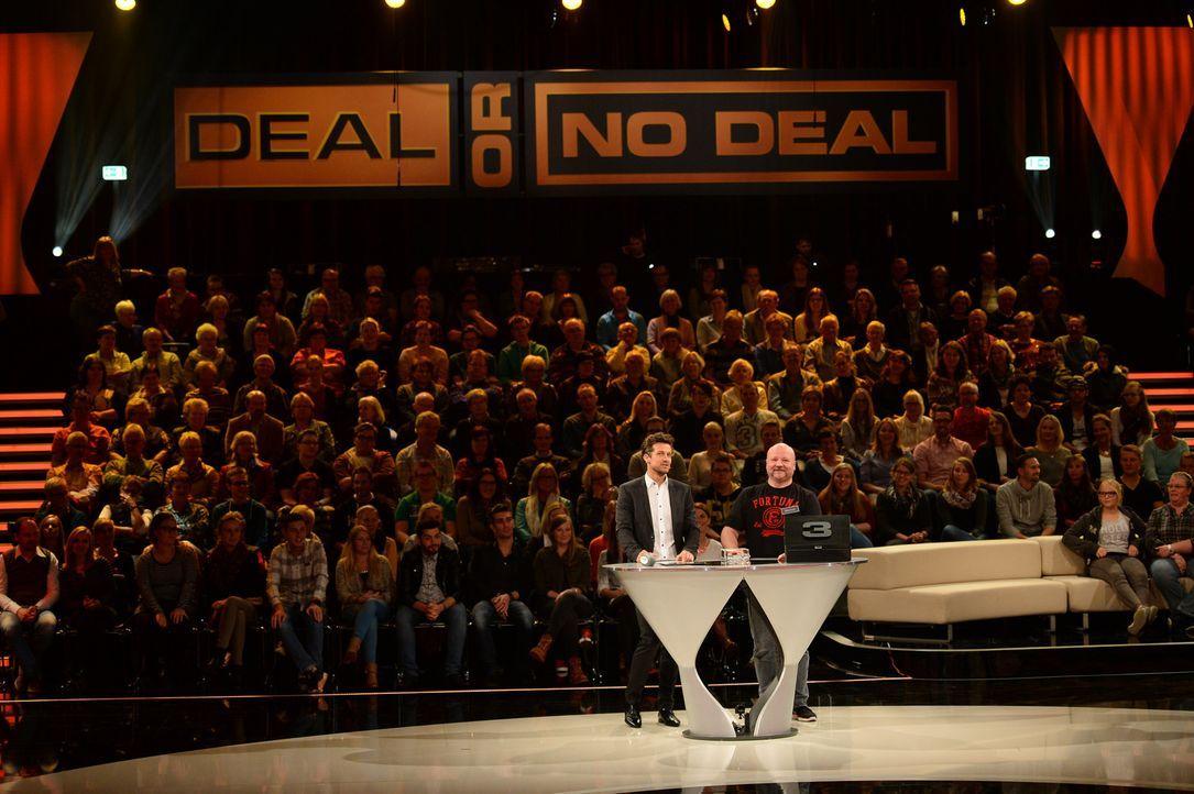 """""""Deal or no Deal"""": Wayne Carpendale (l.) fordert gerne mal zum Zocken auf, aber Kandidat Michael sollte lieber einen kühlen Kopf bewahren ... - Bildquelle: Willi Weber SAT.1"""