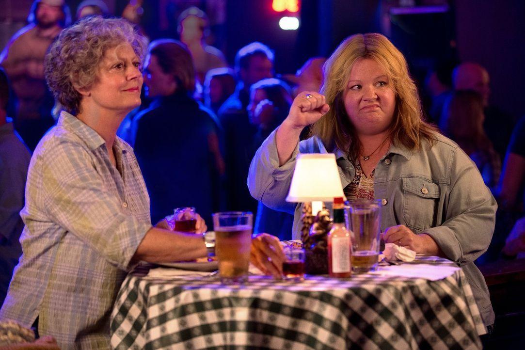 Tammy (Melissa McCarthy, r.) beschließt, ihr altes Chaos-Leben hinter sich zu lassen und abzuhauen. Da sie allerdings auf das Geld und Auto ihrer Om... - Bildquelle: Warner Bros. Television