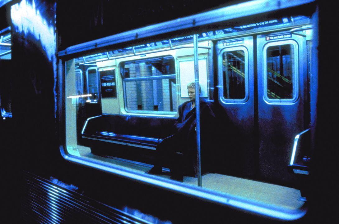 In Manhattan wird der zunehmend isolierten Jillian (Charlize Theron) immer deutlicher, dass mit ihrem Gatten einiges nicht stimmt. Da wird sie schwa... - Bildquelle: 1999 New Line Productions, Inc. All Rights Reserved.
