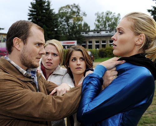 Miriam und Bea hindern Piet daran, Alexandra etwas anzutun .... - Bildquelle: Christoph-Assmann - Sat1