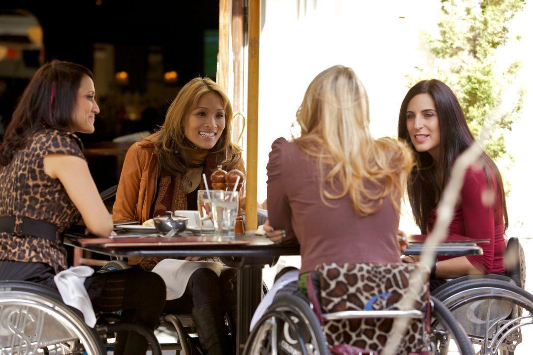 Push Girls: Tiphany, Mia, Auti und Angela sitzen beim Essen zusammen - Bildquelle: Sundance Channel