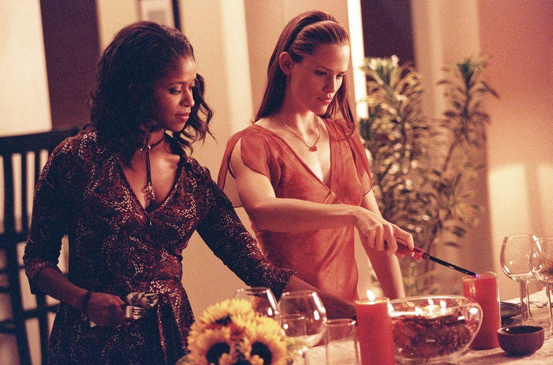 Francine (Merrin Dungey, l.) greift Sydney (Jennifer Garner, r.) bei den Vorbereitungen zum Thanksgiving-Essen unter die Arme. - Bildquelle: Touchstone Television