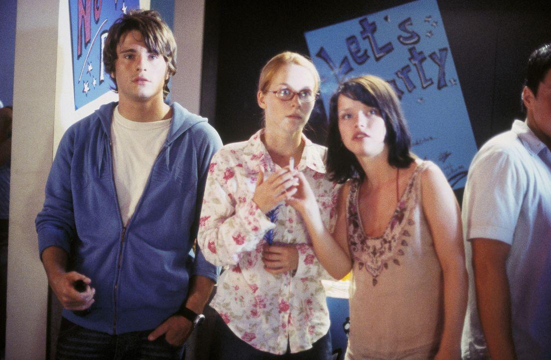 Eines Tages bekommen die Gymnasiastinnen Nicole (Jasmin Schwiers, M.) und Caro (Karoline Schuch, r.) einen neuen Mitschüler. Hals über Kopf verlie... - Bildquelle: ProSieben