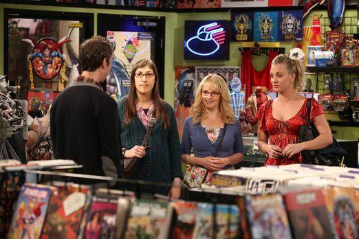 The Big Bang Theory - Penny (Kaley Cuoco, r.), Amy (Mayim Bialik, 2.v.l.) und...
