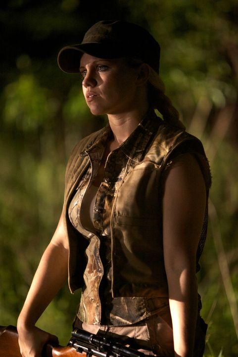Junior (Claire Garrett) will verhindern, dass eine Kreatur noch mehr Menschen in ihrer Umgebung auf grausame Weise tötet und hilft Sheriff Crane und... - Bildquelle: 2013 Panic Investments LLC. All Rights Reserved.