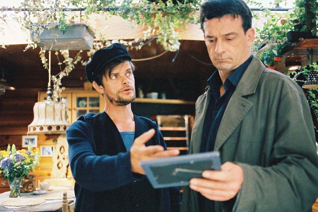 Klaus Bitz (Lars Rudolph, l.), der damals seinen Freund Hermann Hülls als vermisst meldete, zeigt Steiner (Thomas Sarbacher, r.) ein Gruppenfoto. - Bildquelle: Tom Trambow Sat.1