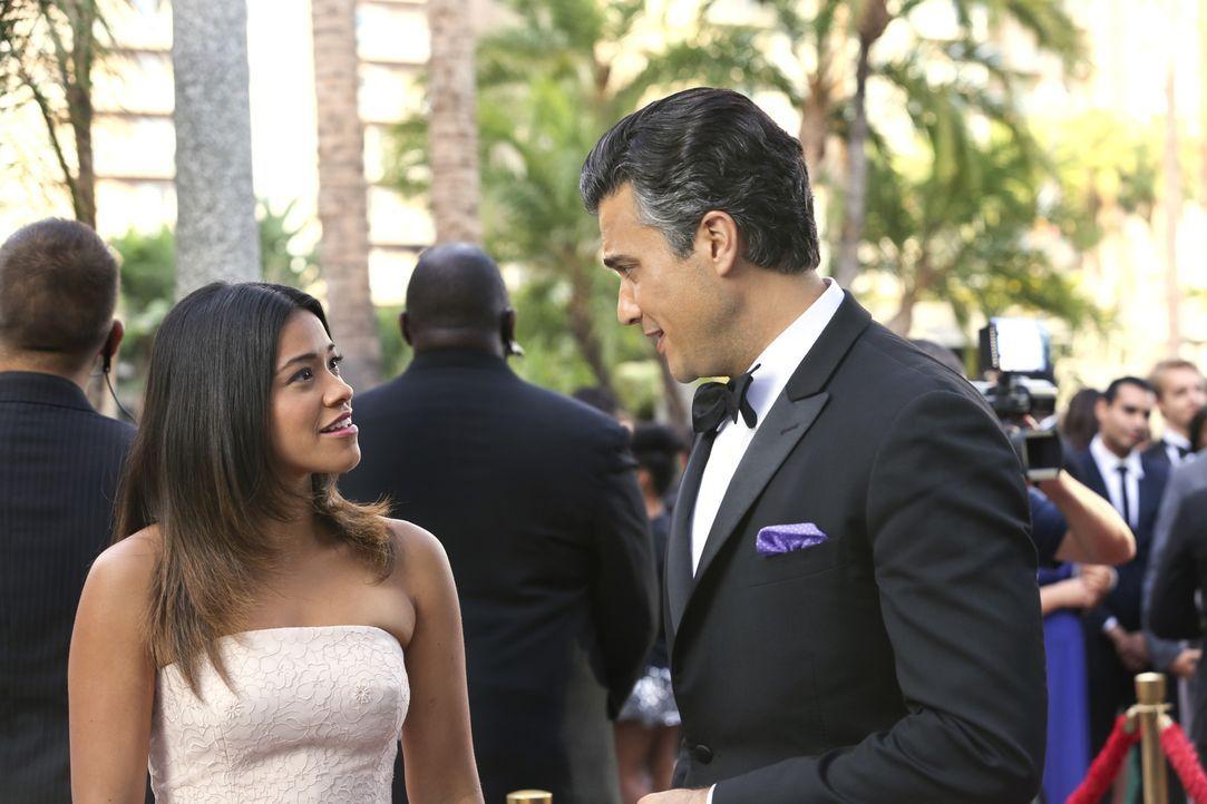 Rogelio (Jaime Camil, r.) wird für eine Auszeichnung als bester Schauspieler nominiert. Jane (Gina Rodriguez, l.) darf ihren Vater zur Preisverleihu... - Bildquelle: 2014 The CW Network, LLC. All rights reserved.