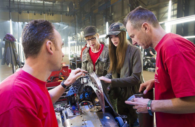 Feilen an ihrem selbst gebauten Roboter, der sich in der Kampfarena gegen die Konstruktionen der andern Teams behaupten soll: Team Razer ... - Bildquelle: Alan Peebles
