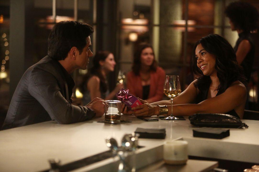 Jimmy (John Stamos, l.) und Catherine (Regina Hall, r.) genießen ihr gemeinsames Glück. Doch als es zum ersten Streit zwischen den beiden kommt, müs... - Bildquelle: Jordin Althaus 2016 ABC Studios. All rights reserved.