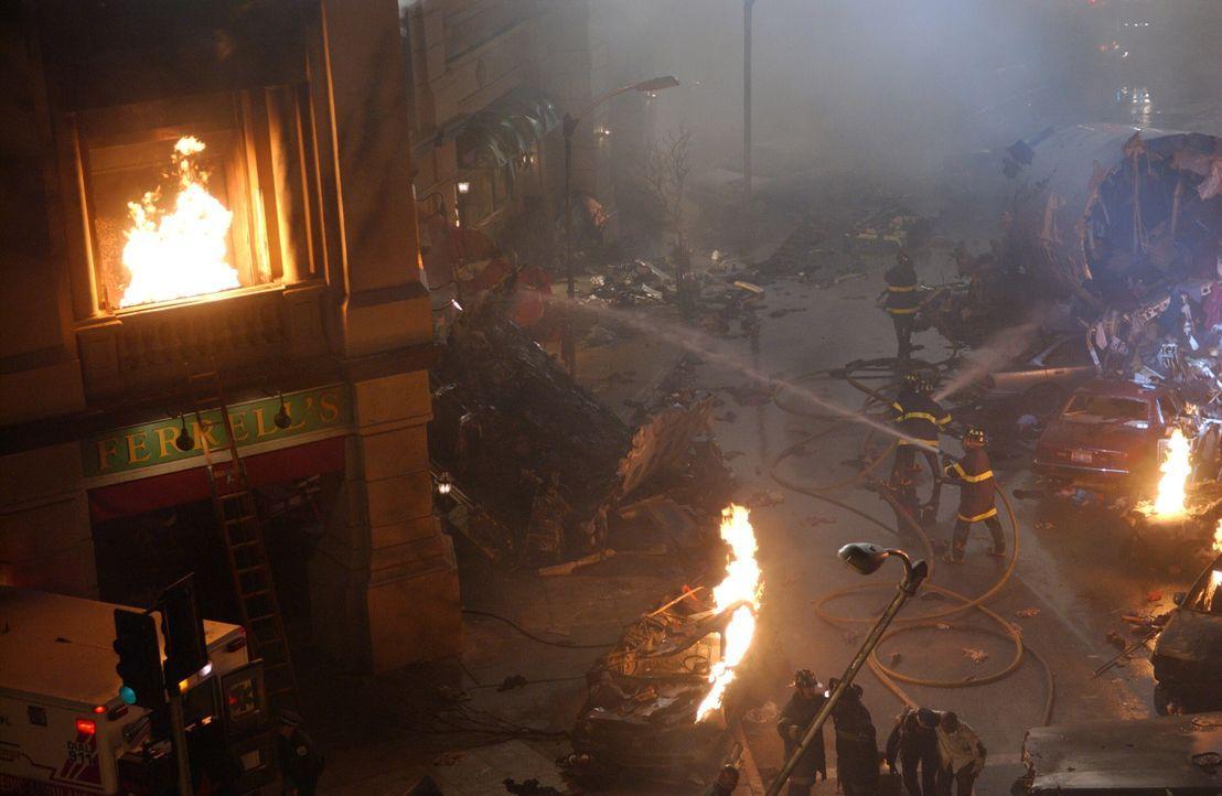 Vor Ort und in der Notaufnahme kämpfen Ärzte, Sanitäter und Einsatzkräfte um die Rettung der Überlebenden aus dem Flugzeug und den unmittelbar an de... - Bildquelle: Warner Bros. Television