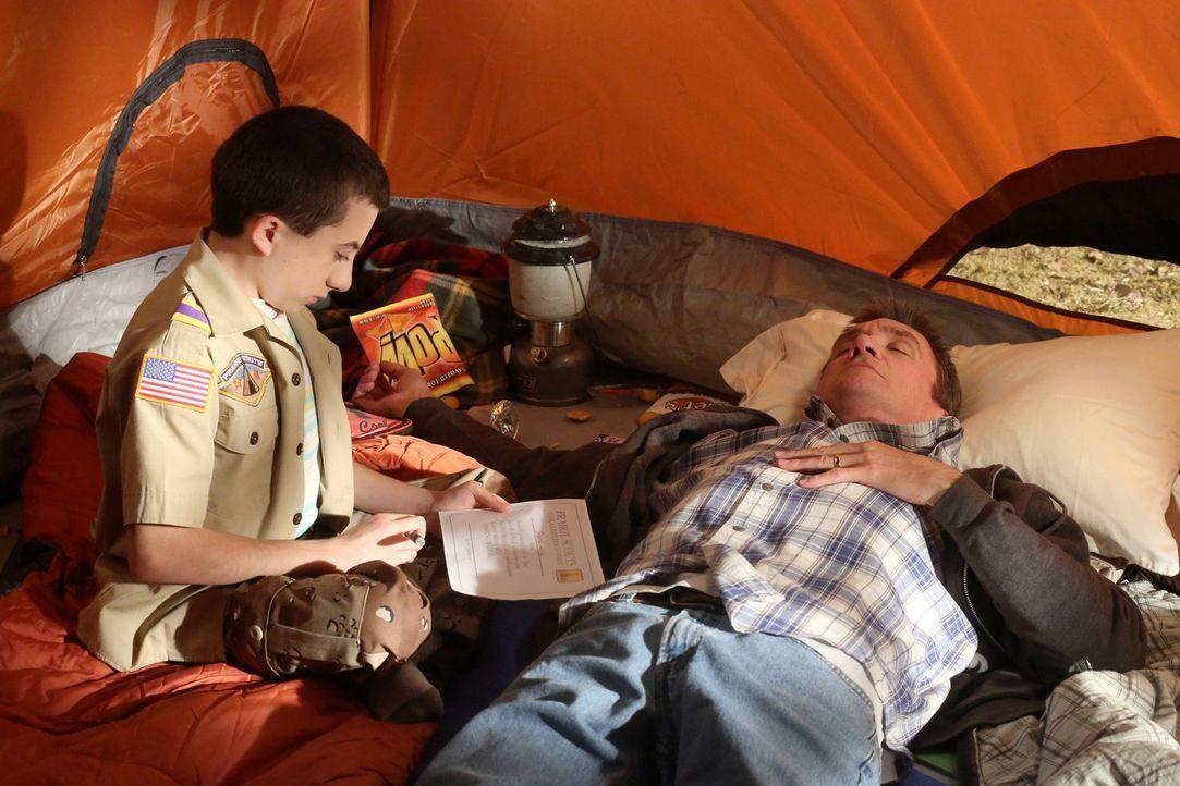 Während Nesthäkchen und Pfadfinder Brick (Atticus Shaffer, l.) festentschlossen ist, beim Zelten dieses Mal nicht vorzeitig aufzugeben, erlebt Vater... - Bildquelle: Warner Brothers