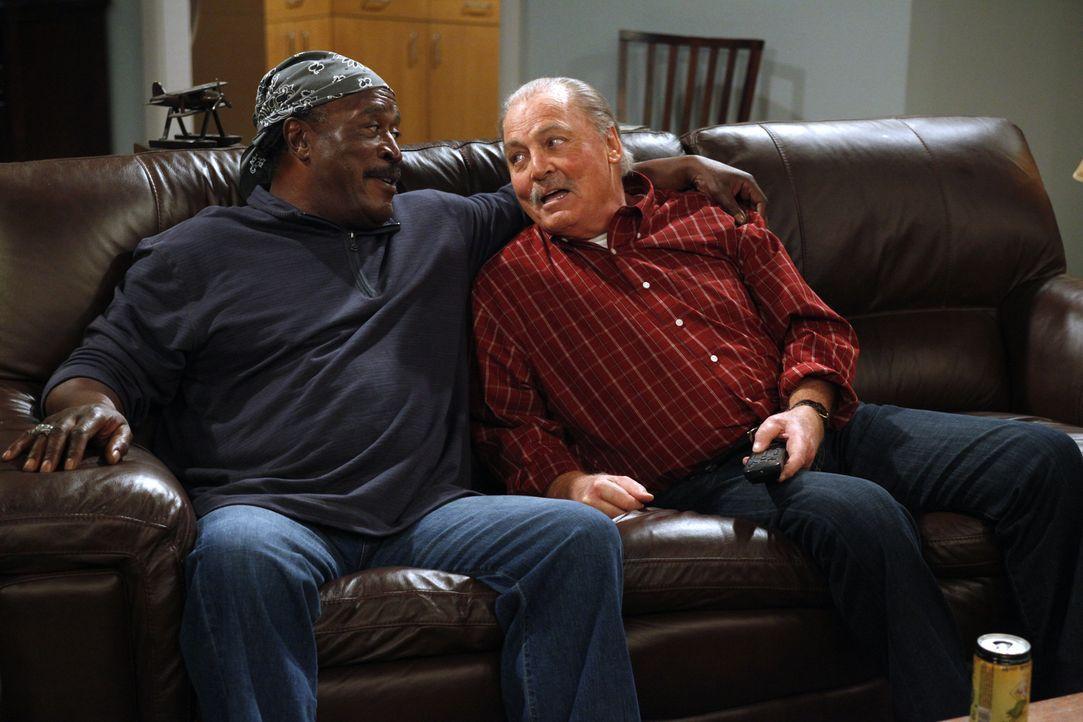 Können Ed (John Amos, l.) und Tom (Stacy Keach, r.) Charlie in seinen Liebesangelegenheiten behilflich sein? - Bildquelle: Warner Brothers