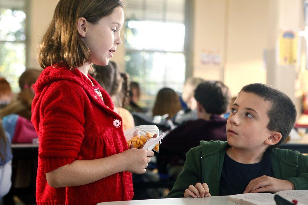 Brick (Atticus Shaffer, r.) hat eine Freundin, Olivia (Lexi Jourden, l.). Sie ist zwar ganz süß, doch kommandiert sie ihn nur herum. Brick sucht des... - Bildquelle: Warner Brothers