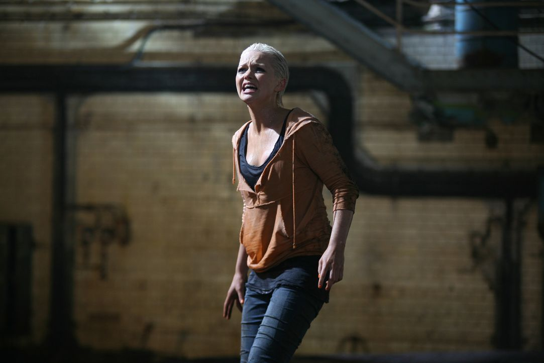 Nachdem Abby (Hannah Spearritt) von einem Urzeitmonster verschleppt wurde, findet sie sich an einem geheimnisvollen Ort wieder ... - Bildquelle: ITV Plc