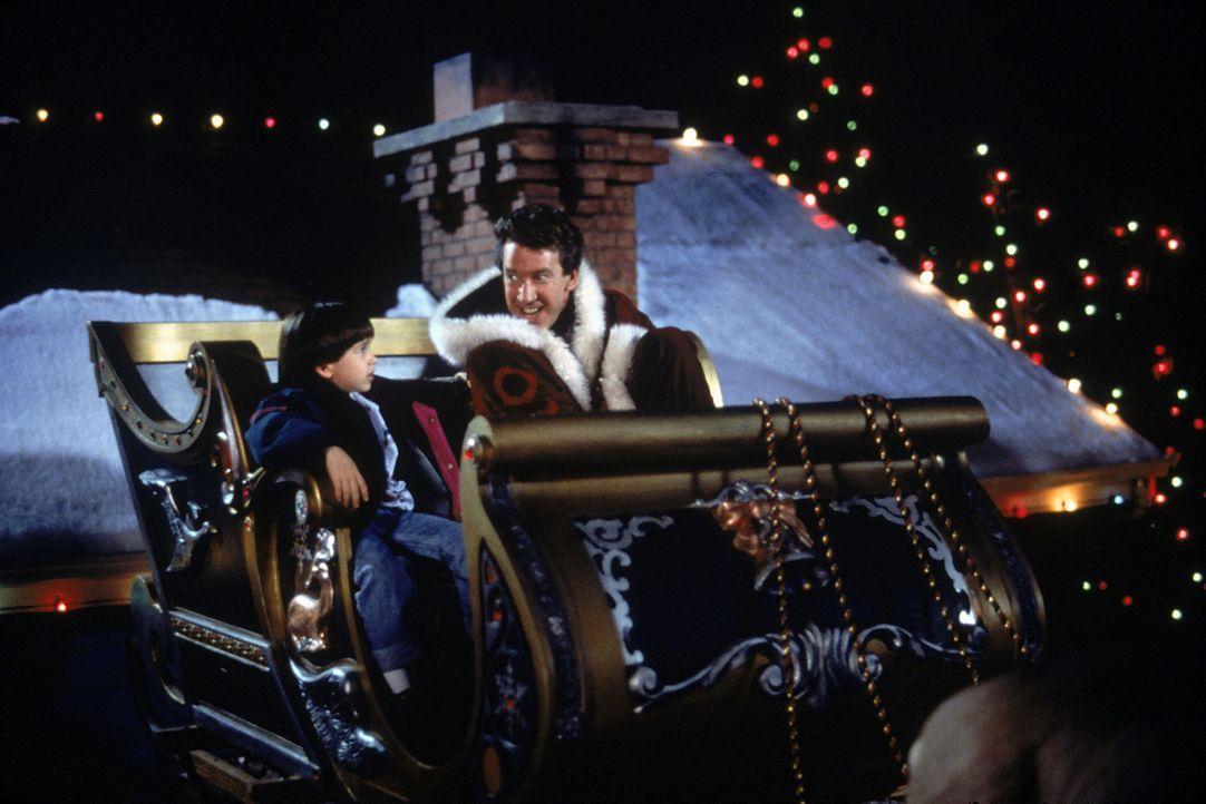 Als sein Vater Scott (Tim Allen, r.) sich endlich bereit erklärt, den Job als Santa Claus anzunehmen, ist der kleine Charlie (Eric Lloyd, l.) das g... - Bildquelle: Buena Vista Pictures