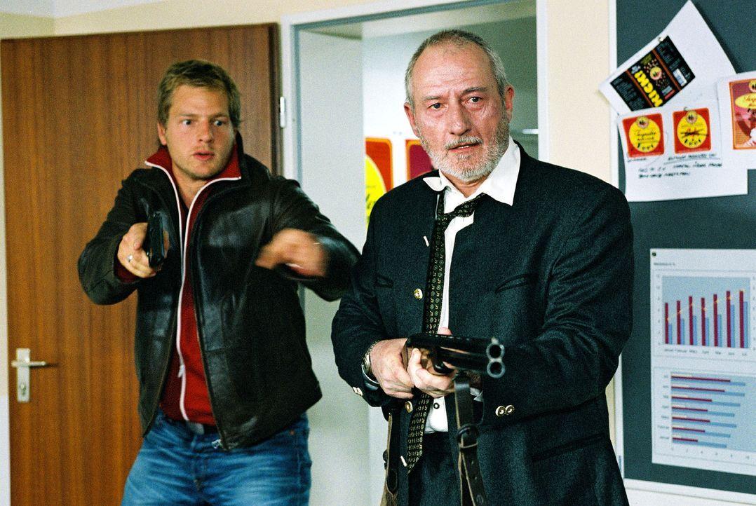 Leo (Henning Baum, l.) versucht zu verhindern, dass Alois Gerstenkandler (Sepp Schauer, r.) seine Schwiegertochter und Alexander König erschießt. - Bildquelle: Christian A. Rieger Sat.1