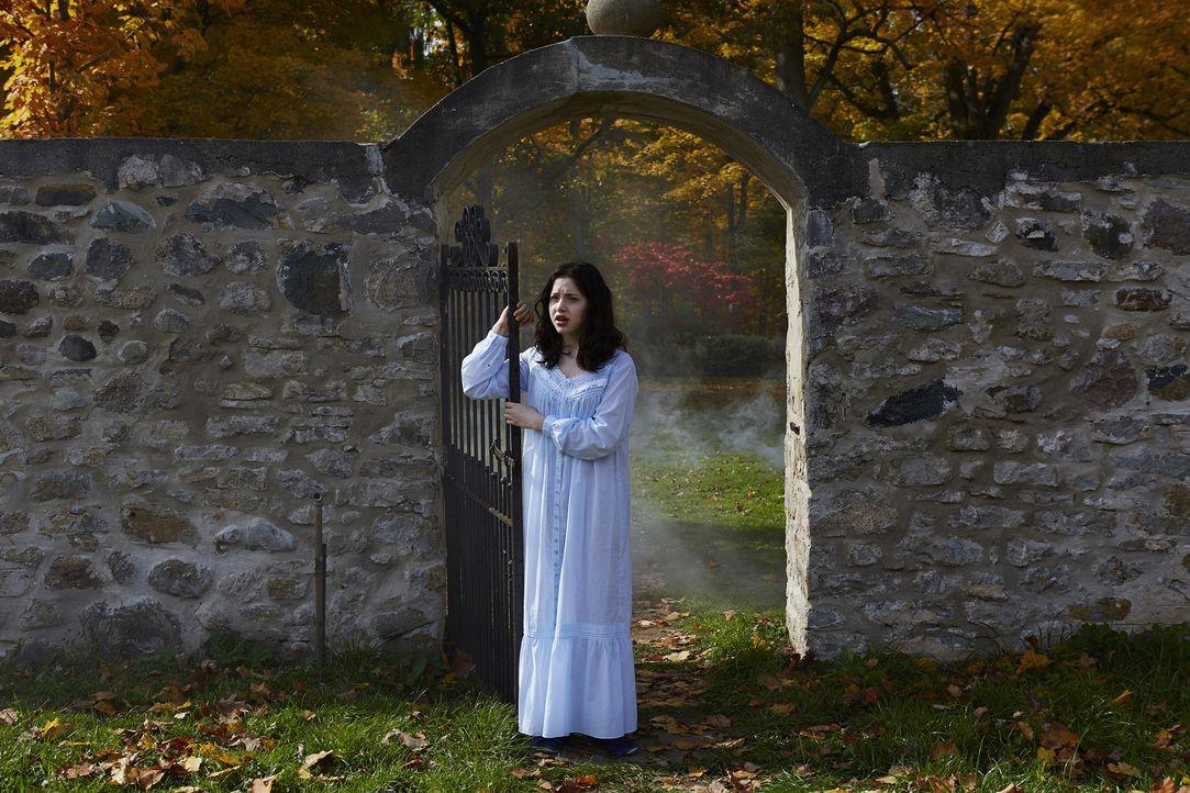 Nachdem Savannah (Kiara Glasco) eine schreckliche Vorahnung hatte, will sie Elena warnen - sehr zum Missfallen des russischen Alphas ... - Bildquelle: 2015 She-Wolf Season 2 Productions Inc.