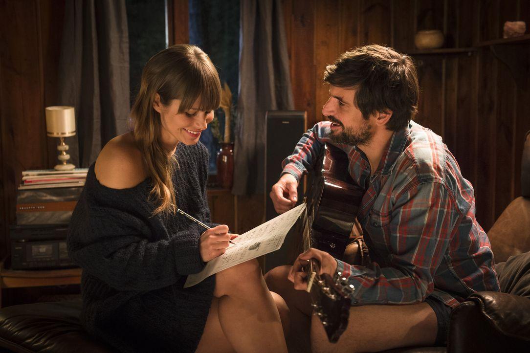 Eigentlich soll sie den desillusionierten Rockstar John (Tom Beck, r.) soweit bringen, dass er einen neuen Song schreibt. Doch dieser hat der Musik... - Bildquelle: Stephan Rabold SAT.1