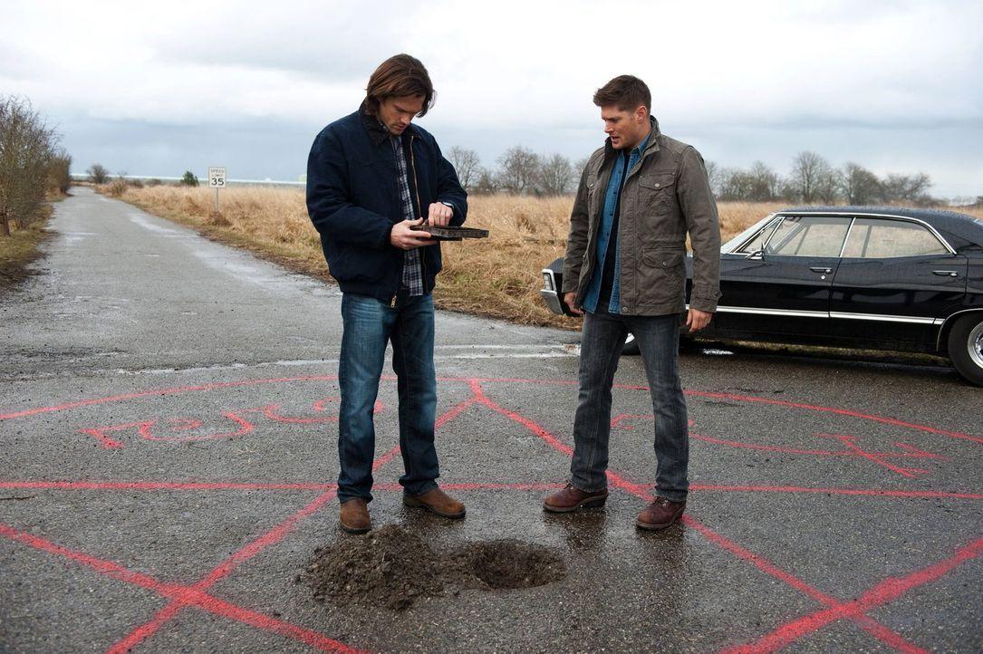Um die zweite Aufgabe lösen zu können, greifen Sam (Jared Padalecki, l.) und Dean (Jensen Ackles, r.) zu altbewährten Methoden ... - Bildquelle: Warner Bros. Television