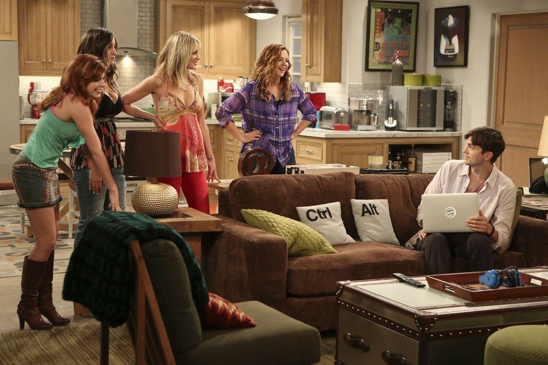 Als Jenny (Amber Tamblyn, 2.v.r.) mit ihren Freundinnen Sarah (Tara Perry, l.), Heidi (Nicole Travolta, 2.v.l.) und Michaela (Molly Stanton, M.) bei... - Bildquelle: Warner Bros. Television