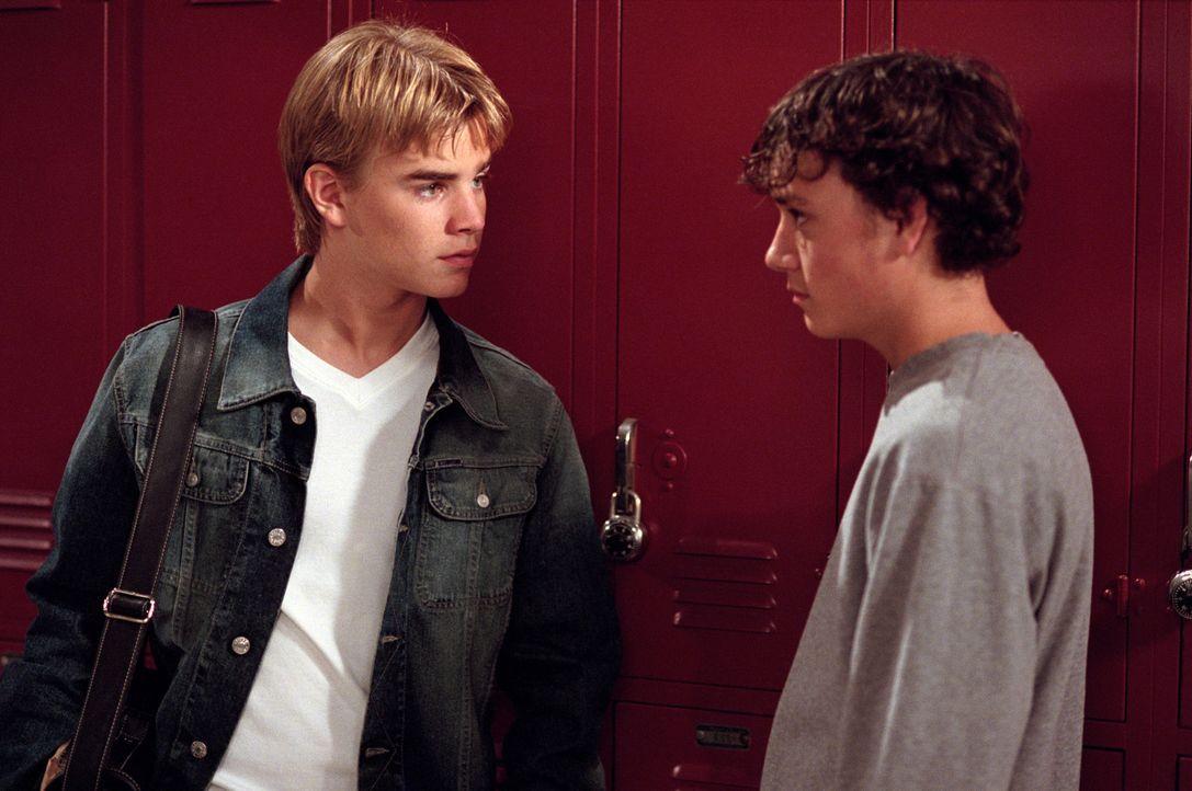 Simons (David Gallagher, l.) Mitschüler Mick (Brian Sites, r.) wird von den Jungs aus der Klasse gehänselt und geärgert. Da die Lehrer nicht einschr... - Bildquelle: The WB Television Network