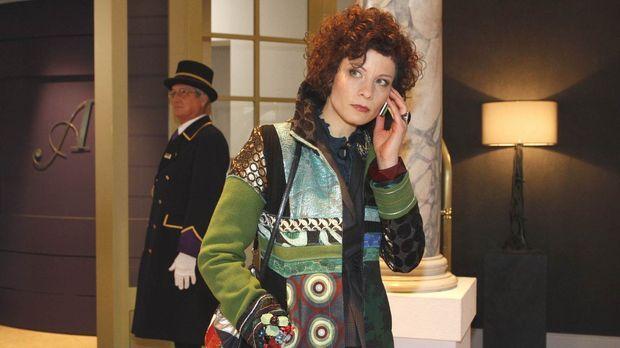 Emily Körner (Anna Schäfer) leidet sehr unter dem ständigen Telefonterror. ©...